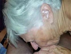 Mi abuela me chupa en el living